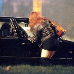 """Taglieggia per mesi due prostitute: """"Se non mi paghi, ammazzo i tuoi figli"""""""