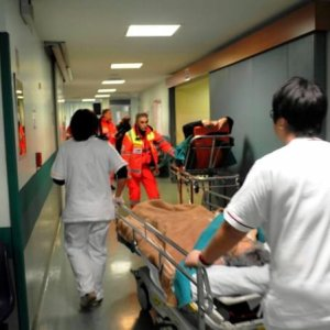 """""""Pazienti in barella nelle corsie, è tortura"""": esposto in procura a Torino"""