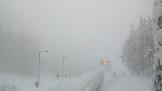 Forte nevicata in Val d'Aosta, ripartono i Tir ma in quota ci sono 80 centimetri