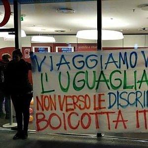 """Porta Susa, flash mob contro il treno Italo: """"No agli sconti per il Family Day"""""""