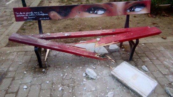 """Torino, distrutta una """"panchina rossa"""", simbolo della lotta alla violenza contro le donne"""