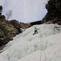 Cogne, alpinista cade dalla cascata di ghiaccio: grave dopo un volo di 20