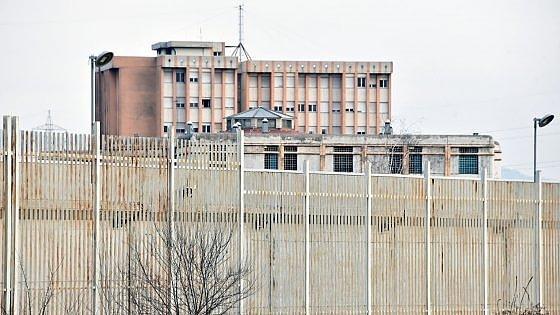 Torino, droga e telefonini lanciati in carcere con le fionde: sei arrestati, c'è anche un agente