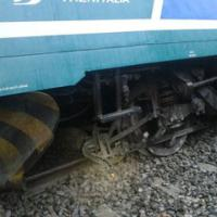 Biella: le immagini del treno deragliato. Illesi i passeggeri