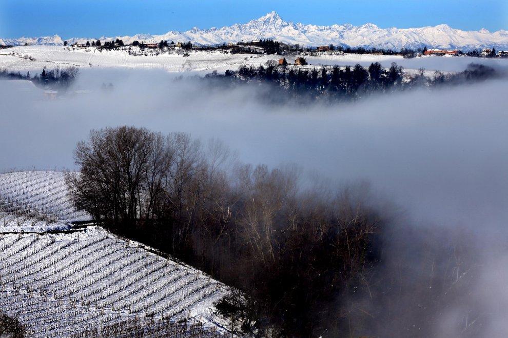 Nebbia, vigne e Monviso: Langhe, risveglio magico sotto la neve