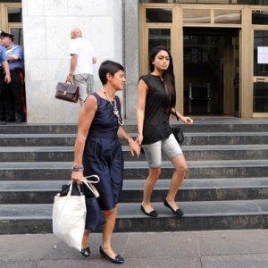 Berlusconi paga per evitare il processo, l'avvocato di Ambra e Chiara ritira la querela