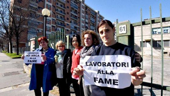 """Torino, le educatrici in piazza: """"Senza stipendio da due mesi, abbiamo un lavoro ma facciamo la fame"""""""