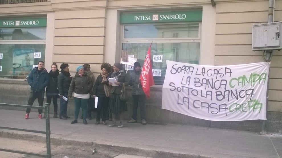 """I """"No sfratto"""" manifestano davanti a sei banche contro la legge sui pignoramenti"""