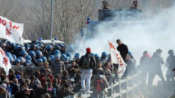 Val Susa, seconda notte consecutiva di scontri con le forze dell'ordine