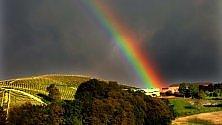 """Langhe, un insolito arcobaleno """"dipinge""""    le colline dell'Unesco"""