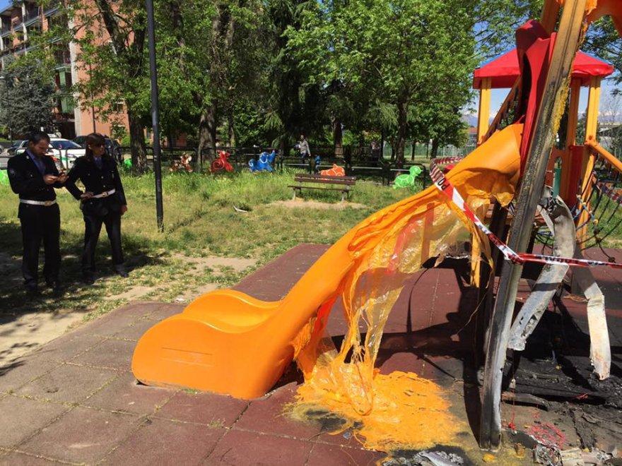 """Très Beinasco, vandali al parco giochi: """"fuso"""" lo scivolo dei bambini  IY94"""