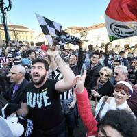 La Juve mette la quinta, il popolo bianconero in festa invade il centro di Torino