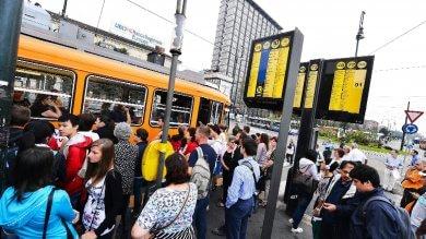 Tram e bus a Torino, cade il tabù Primo Maggio in cambio di un premio in busta