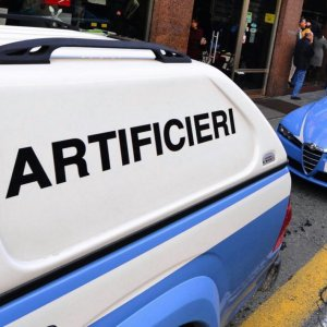 Torino, trova un ordigno davanti al postamat: lo sposta e preleva mentre arriva la polizia