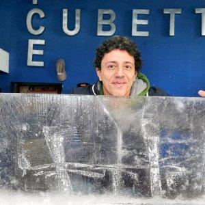 """Torino, i mestieri ritrovati. Ecco """"mister Cubetto"""", l'uomo del ghiaccio"""