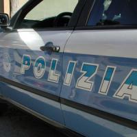 Torino: consegna i documenti agli agenti, poi scappa e si rompe una gamba
