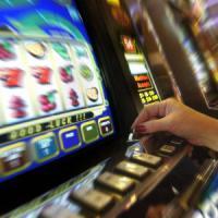 Due ragazze di 17 anni con le madri alle slot machine, maximulta di 73mila