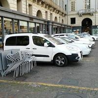 Torino, i tassisti occupano il dehors all'alba: