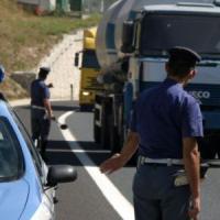 Torino, auto tampona pulmino con 40 bambini di una scuola materna