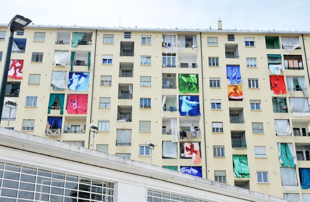 Torino, le tende da sole di un palazzo diventano opera d'arte