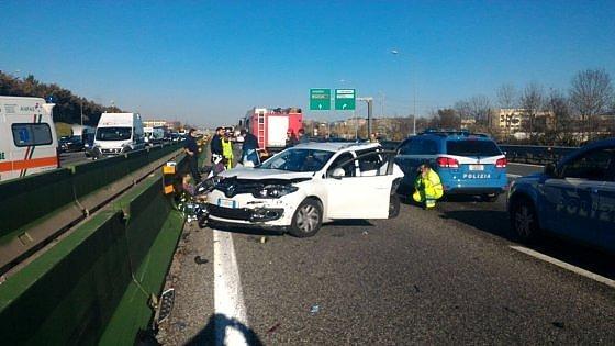 Torino, riaperta alle 12 la tangenziale sud dopo due incidenti: carreggiata invasa dal carico di un Tir