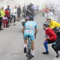 Cuneo, tifoso del Giro d'Italia si scontra in bici contro un'auto mentre