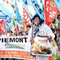 Torino, i lavoratori dei supermercati scendono in piazza:
