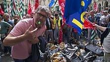 Rifiuti contro il municipio e scontri con le forze dell'ordine, la protesta dei netturbini