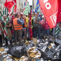 Bidoni gettati in strada e liti con gli automobilisti, a Torino la protesta