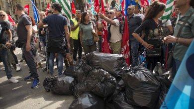 Bidoni gettati in strada e liti con gli automobilisti, la protesta dei netturbini