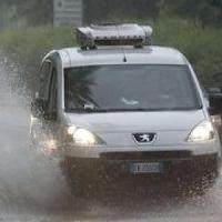 Nubifragio a Chieri, automobilisti bloccati nel sottopasso