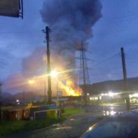 Ivrea, incendio e scoppio in una fabbrica di vernici: sei ustionati, grave un pompiere