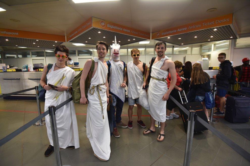 In aeroporto vestiti da divinità greche, volano gratis ad Atene