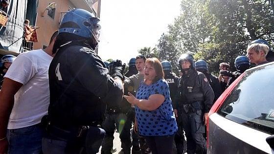 Torino, tensione in periferia: polizia in assetto antisommossa sgombera le case popolari occupate