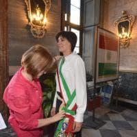 Torino, la sindaca indossa la fascia tricolore per la prima volta