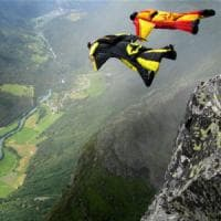Sport estremi,  si schianta contro le rocce un base jumper americano di