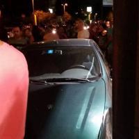 Orbassano, piomba con l'auto sul marciapiede: soccorso dai pedoni