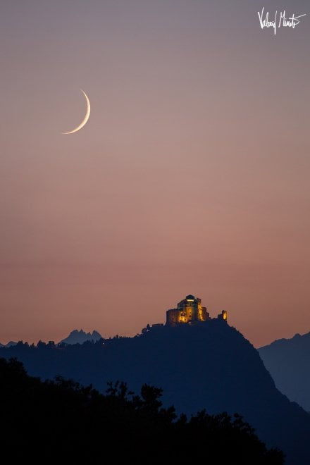 Avigliana, lo spettacolo mozzafiato della Luna tra le Alpi e la Sacra di San Michele