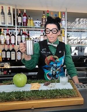 Giovani bartender al concorso futurista