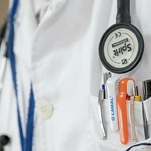 Torino: sarà processata per omicidio colposo il medico che aveva convinto una paziente a curare il melanoma con la mente e l'omeopatia