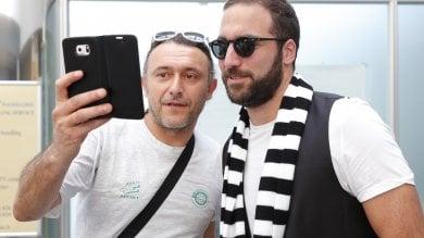 """Higuain accolto a Caselle da centinaia di tifosi: """"Chi non salta è napoletano""""    video"""
