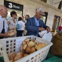Crisi del grano, Cia e Confagricoltura regalano pane in piazza a Torino