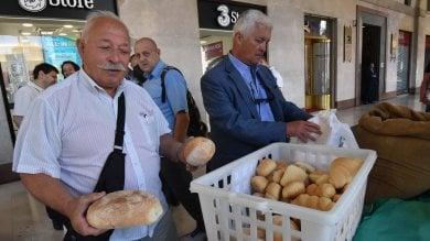 Crisi del grano, Cia e Confagricoltura regalano pane in piazza a Torino   video