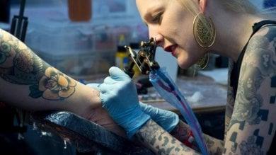 """Rischi sanitari, la Regione manda a """"scuola""""  i professionisti di piercing e tatuaggi"""