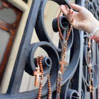 Torino, rosari appesi alla Consolata in memoria di padre Hamel