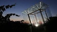 Dal tramonto all'alba, un suggestivo cubo di luce sorveglia le Langhe