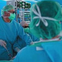 Biella, vescica ricostruita dai chirurghi senza taglio: paziente a casa