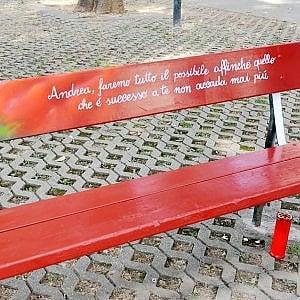 Ridipinta di rosso la panchina di Andrea Soldi, morto per un tso