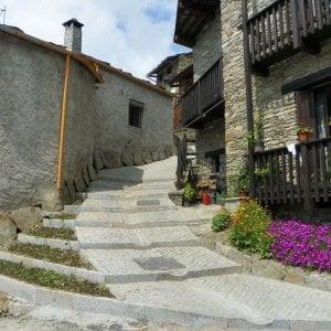 Ostana, in vendita un intero borgo alpino ai piedi del Monviso