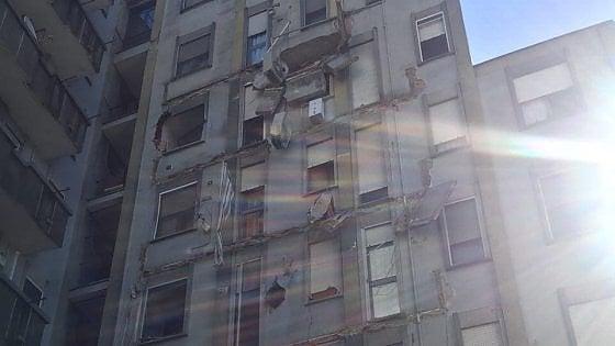 Crollano i balconi di un condominio psicosi terremoto a for Balconi condominio
